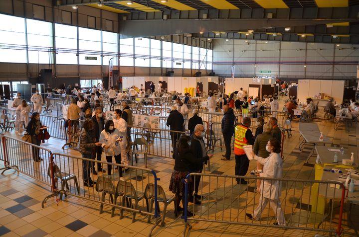 Des patients sont pris en charge au vaccinodrome de Toulouse, le 7 avril 2021. (YANN THOMPSON / FRANCEINFO)
