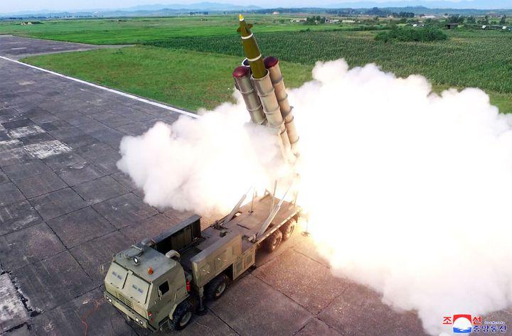 Photo d'un tir de missiles depuis un véhicule lanceur, diffusée le 24 août 2019 par les médias d'Etat en Corée du Nord. (KCNA VIA KNS / AFP)