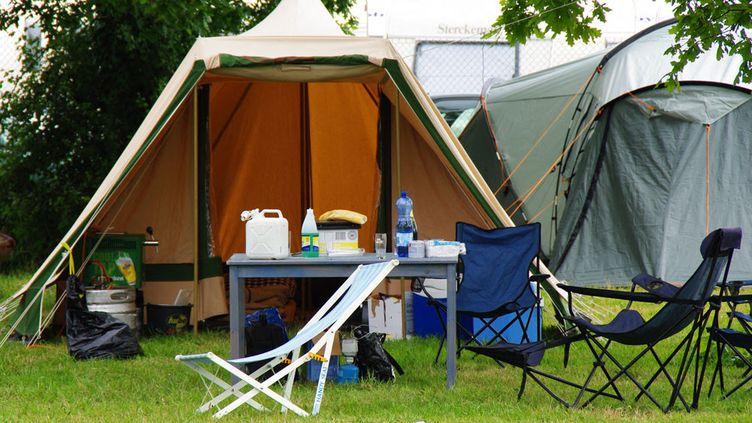 Une tente et du materiel de camping. Photo d'illustration. (PIERRE NEVEUX / RADIO FRANCE)