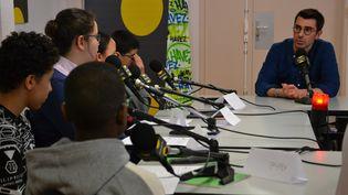 Depuis le collège Gabriel Havez à Creil (Oise), le reporter Benjamin Illy a répondu aux questions des élèves sur son métier. (ESTELLE FAURE / FRANCEINFO - RADIOFRANCE)