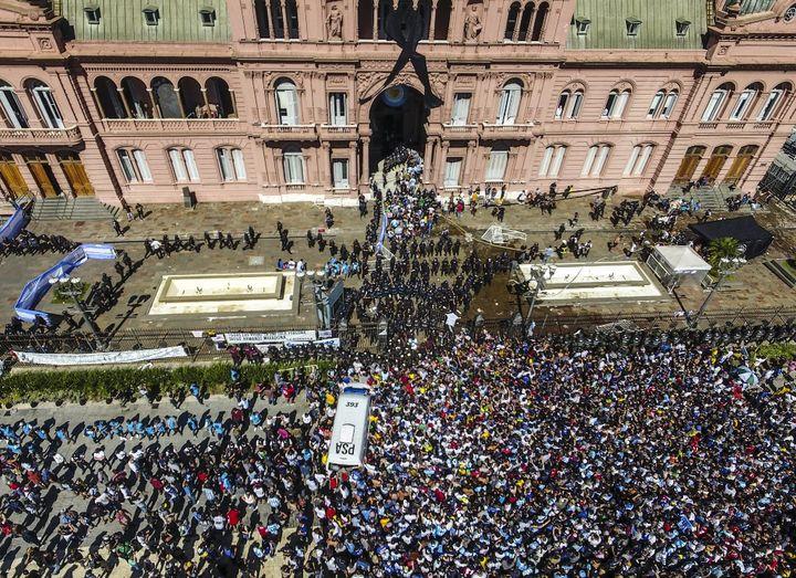 Une foule impressionnante aux abords du palais présidentiel argentin pour rendre un dernier hommage à Diego Maradona jeudi 26 novembre 2020 à Buenos Aires. (LEANDRO BLANCO / TELAM / AFP)