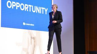 Theresa May monte sur scène lors du congrès du Parti conservateur, àBirmingham (Royaume-Uni) le 3 octobre 2018. (OLI SCARFF / AFP)