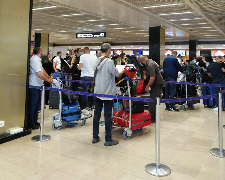 Lafile d'attente pour l'enregistrement aux comptoirs d'Air Algérie, à l'aéroport d'Orly à Paris, le 1er juin 2021. (MORGANE GUIOMARD / RADIO FRANCE)
