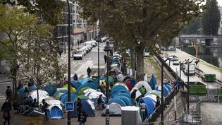 Les tentes desmigrants sont installées entre deux stations de métro parisiennes, tout près du Canal Saint-Martin (le 28 octobre 2016). (MAXPPP)
