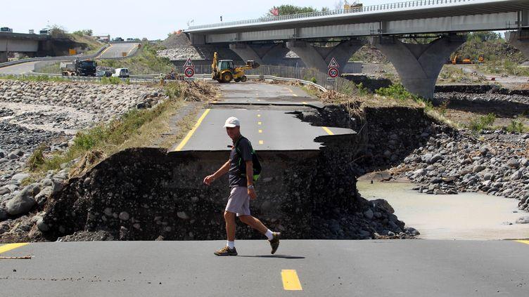 La route qui relieSaint Louis de la Réunion à Saint Pierre, détruite après la passage du cyclone Dumile, le 4 janvier 2013. (RICHARD BOUHET / AFP)