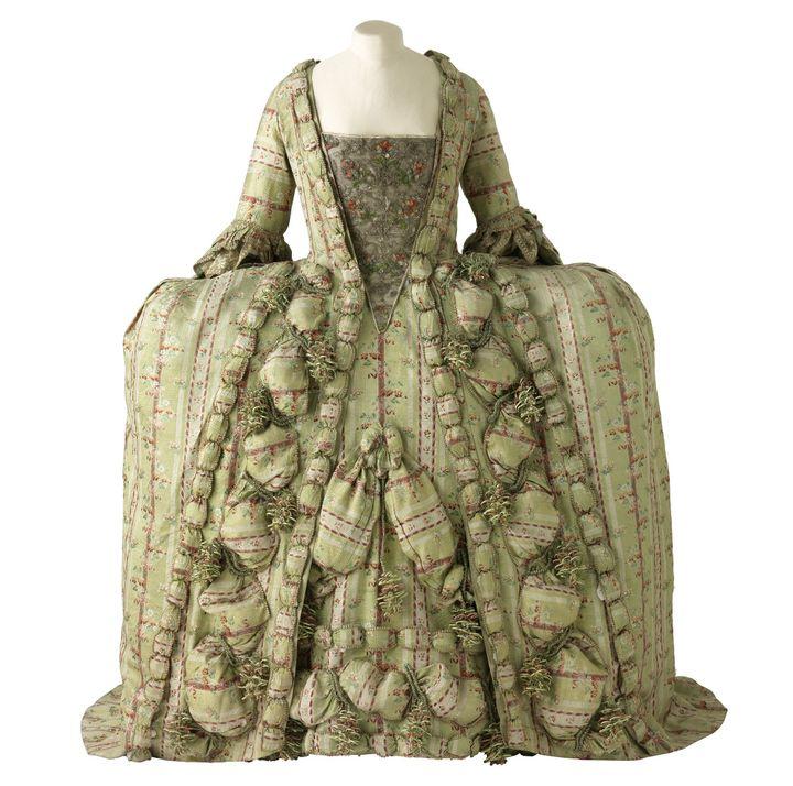 Robe de cour en soie à la française, Lyon, vers 1750.   (Lyon, MTMAD – Pierre Verrier)