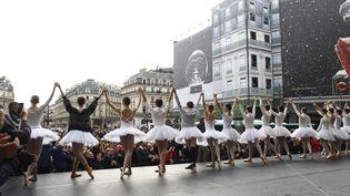 Le corps de ballet et l'orchestre de l'Opéra de Paris en grève ont donné une représentation improvisée sur le parvis du palais Garnier, mardi 24 décembre 2019 à Paris (OLIVIER CORSAN / PHOTOPQR /LE PARISIEN / MAXPPP)