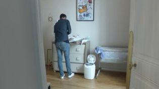 Vers un congé d'un mois pour le congé paternité, c'est ce que propose Adrien Taquet, le secrétaire d'État chargé de la Protection de l'enfance et des Familles. Ce congé pourrait devenir obligatoire. (FRANCE 3)