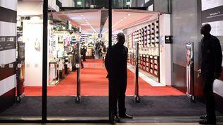 L'entrée d'un magasin de parfumerie  (LIONEL BONAVENTURE / AFP)