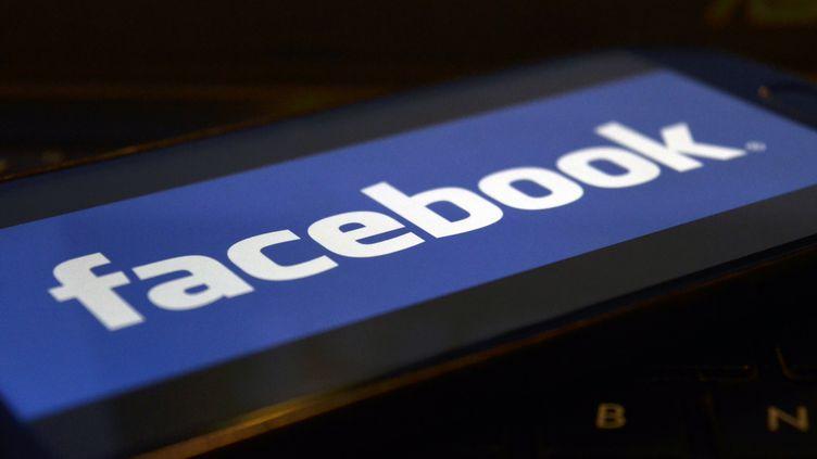 """Facebook va embaucher des journalistes pour alimenter son futur espace """"Actualités"""", selon une déclaration postée sur sa plateforme mardi 20 août 2019. (INDRANIL ADITYA / NURPHOTO / AFP)"""