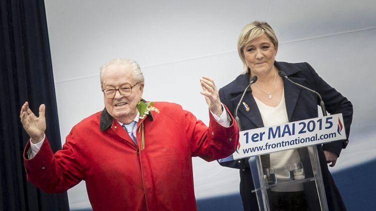 Le président d'honneur du Front national, Jean-Marie Le Pen, et la présidente du parti, Marine Le Pen, lors du défilé du 1er-Mai, le 1er mai 2015. (MAXPPP)