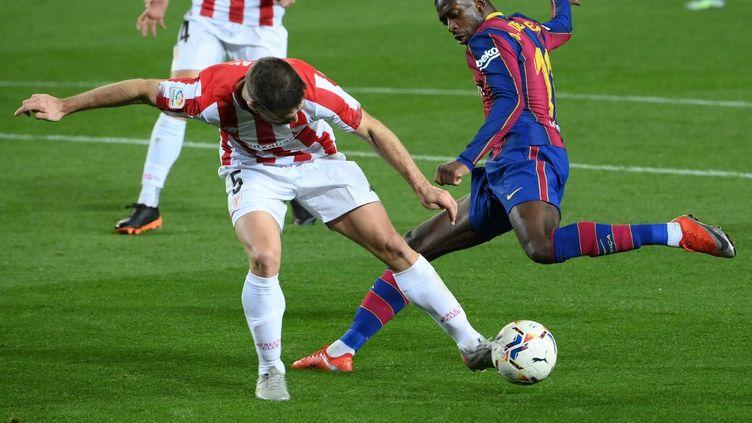 Ousmane Dembélé et Yeray Alvarez lors de la dernière confrontation entre le FC Barcelone et l'Athletic Club, le 31 janvier 2021. (LLUIS GENE / AFP)