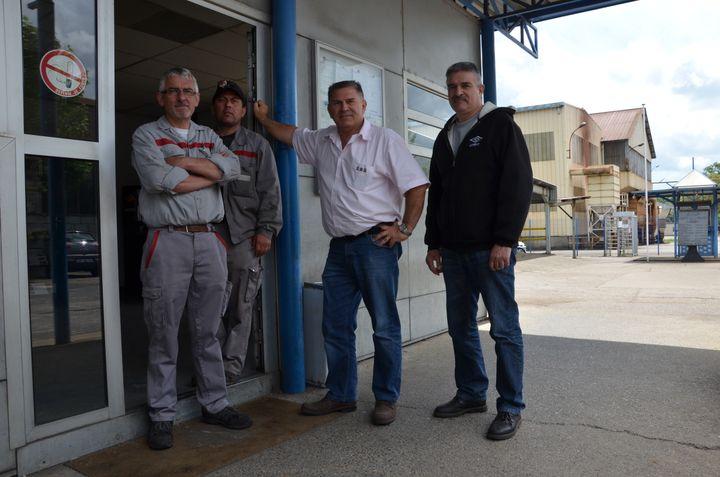 Daniel Borie (au centre, en chemise)et ses anciens collègues, sur le site de leur usine Metaltemple Aquitaine, le 16 mai 2013 à Fumel (Lot-et-Garonne). (THOMAS BAIETTO / FRANCETV INFO)