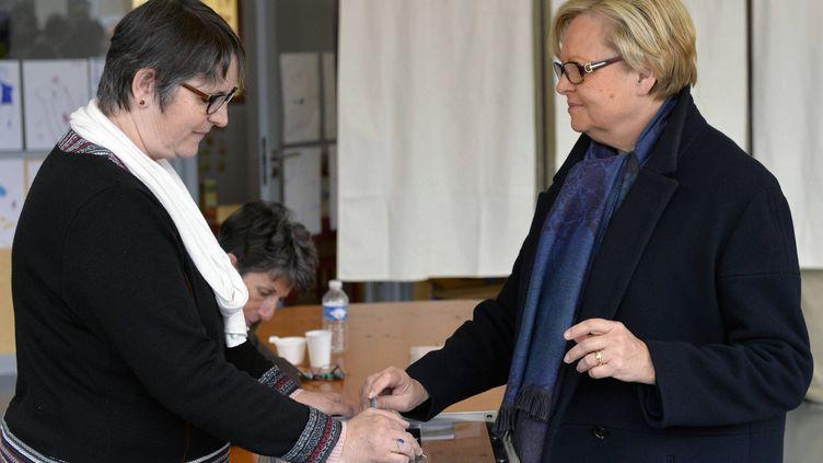 La candidate du binôme UMP-UDI aux départementales Christine Roimier (à droite) lors des élections municipales à Alençon (Orne), le 23 mars 2014. (MAXPPP)