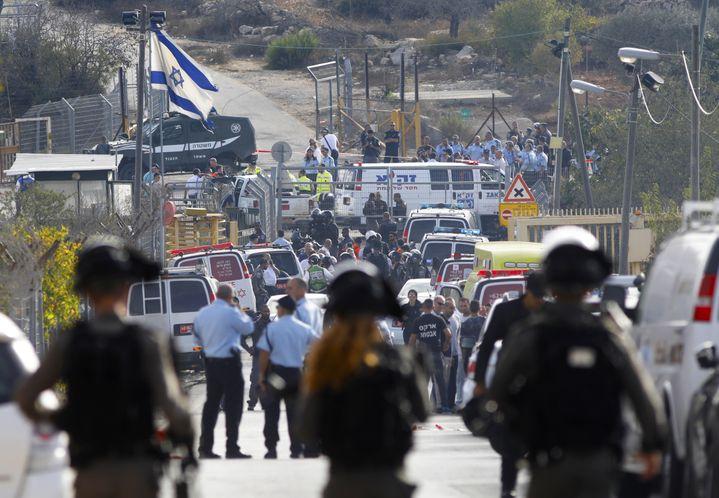 Des membres de la sécurité israélienne et des secouristes sont déployés sur les lieux de l'attaque commise à l'entrée de la colonie Har Adar, mardi 26 septembre 2017. (MENAHEM KAHANA / AFP)