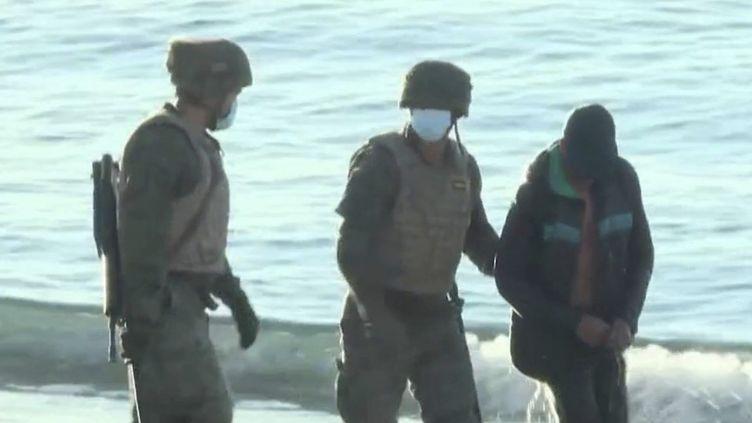 Espagne : une vague migratoire sans précédent à Ceuta (FRANCE 2)