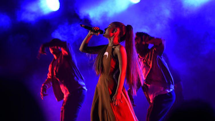 Ariana Grande sur scène, le 22 octobre 2016 à Hollywood aux Etats-Unis. (KEVIN WINTER / GETTY IMAGES NORTH AMERICA)