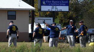 Des agents du FBI enquêtent à l'extérieur de l'égliste baptiste First Baptist Church à Sutherland Springs, au Texas (Etats-Unis), le 6 novembre 2017. (MARK RALSTON / AFP)