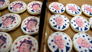 Des cookies représentant les deux candidats à l'élection présidentielle américaine 2020, en Pennsylvanie. (JEFF SWENSEN / GETTY IMAGES NORTH AMERICA / AFP)