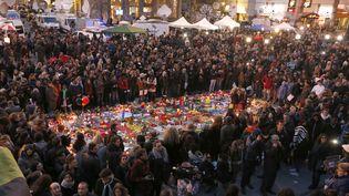 Des personnes sont rassemblées place de la Bourse à Bruxelles, le 23 mars 2016. (VINCENT KESSLER / REUTERS)