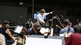 """Mathieu Lamboley dirige et enregistre la musique de """"Minuscule 2"""" au Studio de l'Orchestre national d'Ile-de-France à Alfortville  (Christophe Urbain)"""