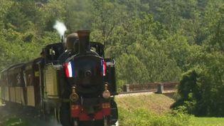Le train des Pignes est à découvrir dans les Alpes-Maritimes. Mis en service il y a 40 ans, il est entretenu par une association d'amoureux des vieilles locomotives. (FRANCE 3)