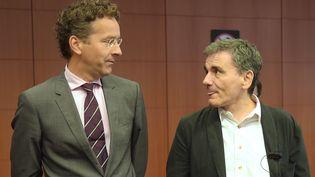 Le président de l'Eurogroupe, Jeroen Dijsselbloem(à gauche) et le ministre des Finances grec,Euclide Tsakalotos (à droite), à Bruxelles, le 14 août 2015. (EMMANUEL DUNAND / AFP)