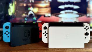 La Switch Oled (à droite) se distingue visuellement de la Switch de 2017 par son dock et ses Joy-Con blancs. (Photo Anthony Jammot)