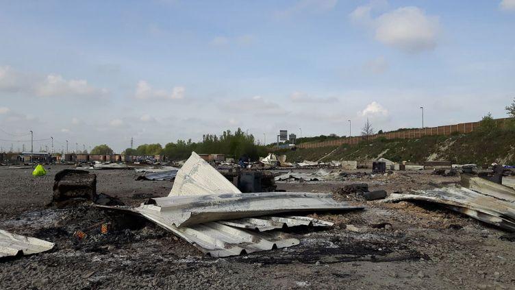 Un incendie a détruit, en grande partie, le camp de migrants de Grande-Synthe, près de Dunkerque (Nord) où les occupants viennent constater mardi 11 avril qu'il ne reste que des amas de tôle. (RADIO FRANCE / Jérôme Jadot)