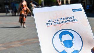 À Lille, le port du masque est obligatoire en extérieur aussi (photo d'illustration). (DENIS CHARLET / AFP)