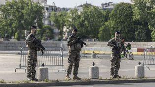"""Des militaires de l'opération """"Résilience"""" et de l'opération """"Sentinelle"""" à Paris, le 7 mai 2020. (ANTOINE WDOWCZYNSKI / HANS LUCAS / AFP)"""