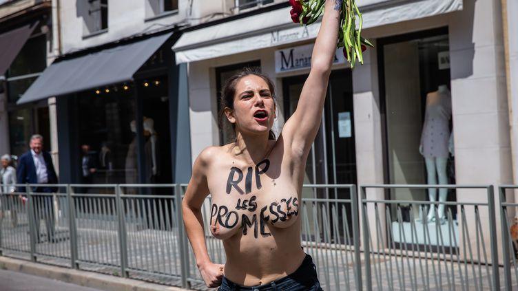 Une fémen proteste contre le gouvernement lors du premier Conseil des ministres de Jean Castex le 7 juillet 2020. (AURELIEN MORISSARD / MAXPPP)