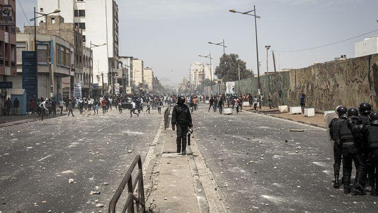 Les forces de l'ordre font face à des centaines demanifestants à Dakar (Sénégal), le 5 mars 2021. (JOHN WESSELS / AFP)