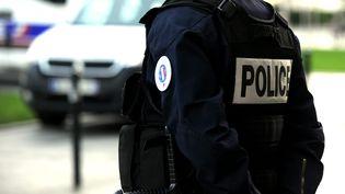 Un policier en poste lors d'une operation de contrôle, à Valenciennes (Nord), le 10 novembre 2017. (MAXPPP)