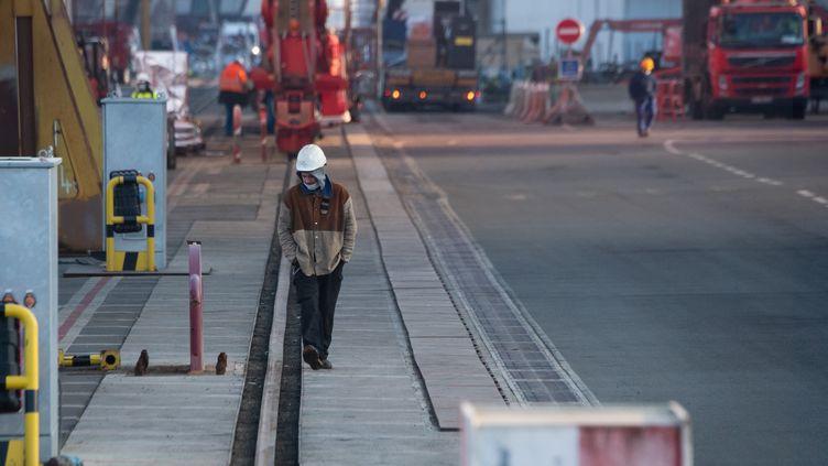 """Un employé se promène sur le site du chantier naval français """"Chantiers de l'Atlantique"""" à Saint-Nazaire, le 7 janvier 2021. (LOIC VENANCE / AFP)"""