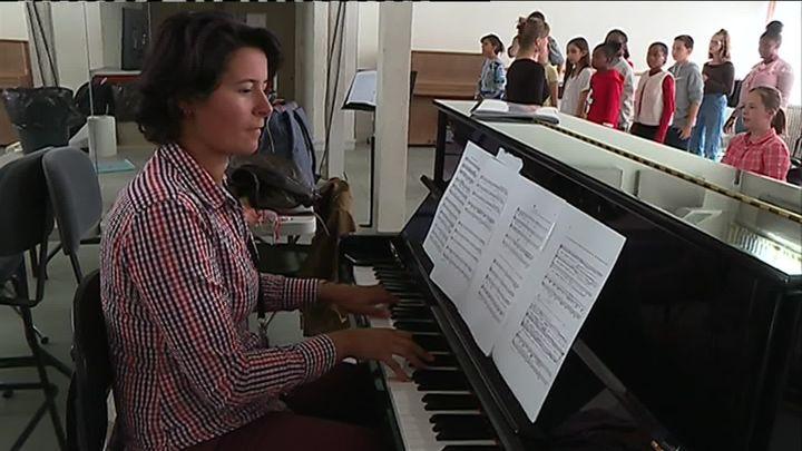 Anne-Louise Bourion, dans le cadre de son travai de pianiste accompagnatrice/ cheffe de chant à l'Opéra à Limoges. (W. Redonnet / France Télévisions)