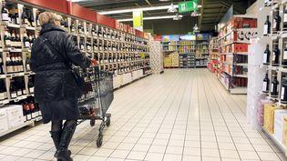 Une personne fait ses courses dans un supermarché, le 17 janvier 2011. (DENIS CHARLET / AFP)