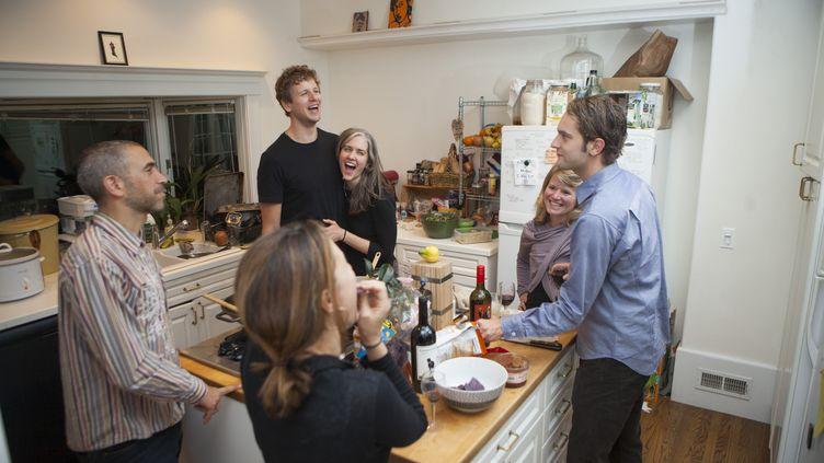 Des résidents d'un coliving se retrouvent dans la cuisine d'un logement, à Berkeley (Californie). (CHRISTIAN SCIENCE MONITOR / CHRISTIAN SCIENCE MONITOR / GETTYIMAGES)
