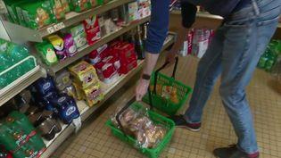 Les petits commerces alimentaires n'ont pas fermé pendant le confinement et sont même devenus indispensables. Ils ont vu leur fréquentation et leur chiffre d'affaires s'envoler. (FRANCE 2)