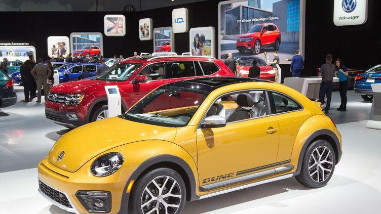 Une Volkswagen Beetle, version moderne de la mythique Coccinelle, au Salon de l'auto de Los Angeles (Etats-Unis), le 29 novembre 2017. (FRISO GENTSCH / DPA)