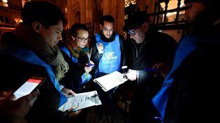 Des bénévoles participent à une opération de recensement des sans-abri à Paris, le 15 février 2018. (GERARD JULIEN / AFP)