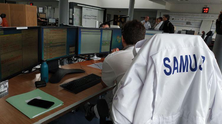 Dans la salle de régulation des appels du service d'aide médicale d'urgence (SAMU) d'Indre-et-Loire. Ici, un médecin régulateur prend en charge les appels en lien avec le coronavirus (Covid-19), 6 mars 2020. (XAVIER LOUVEL / RADIOFRANCE)
