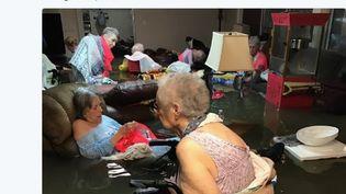 Capture d'écran de la photo postée sur Twitter le 27 août 2017, montrant des résidents d'une maison de retraite de Dickinson, au Texas, pris au piège des inondations. (TIMOTHY J. MCINSTOSH)