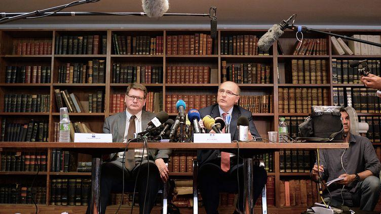 Le procureur de la République à Marseille, Brice Robin (droite), participe à une conférence de presse, le 27 juin 2014, à Marseille. (BORIS HORVAT / AFP)