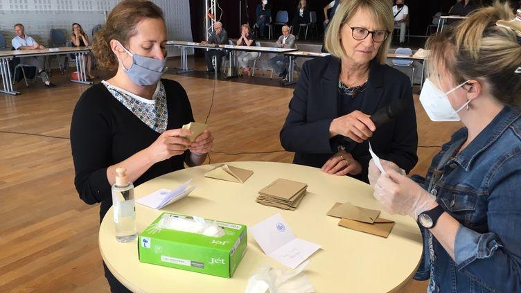 L'élection du maire de Ploeren, dans le Morbihan, par le conseil municipal, s'est déroulée dans des conditions exceptionnelles, le 23 mai 2020. (BENJAMIN MATHIEU / RADIO FRANCE)