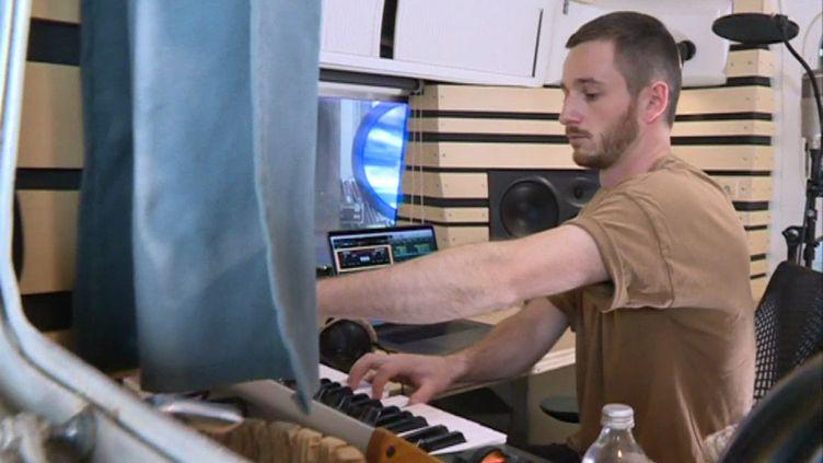Thylacine dans sa caravane-studio. (G. Bezou / France 3)