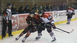 Unhockeyeur des Scorpions de Mulhouse (à gauche) face à un hockeyeur des Gothiques d'Amiens (à droite), le 29 février 2020. Photo d'illustration.  (MAXPPP)