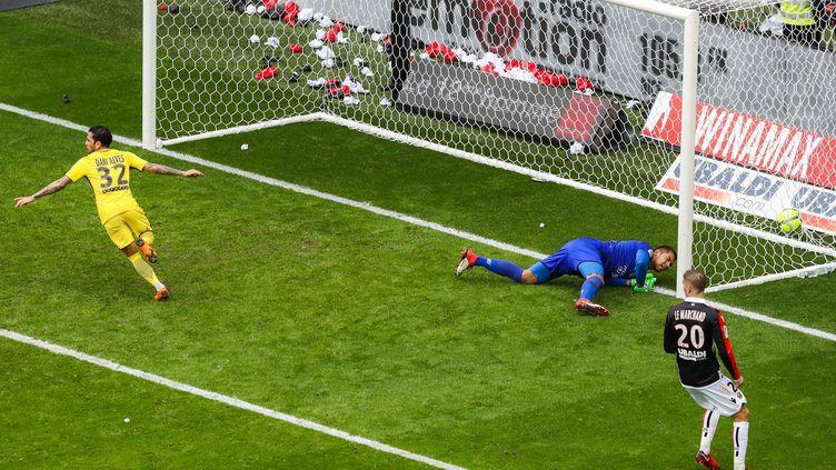 Dani Alvès, buteur contre l'OGC Nice  (VALERY HACHE / AFP)