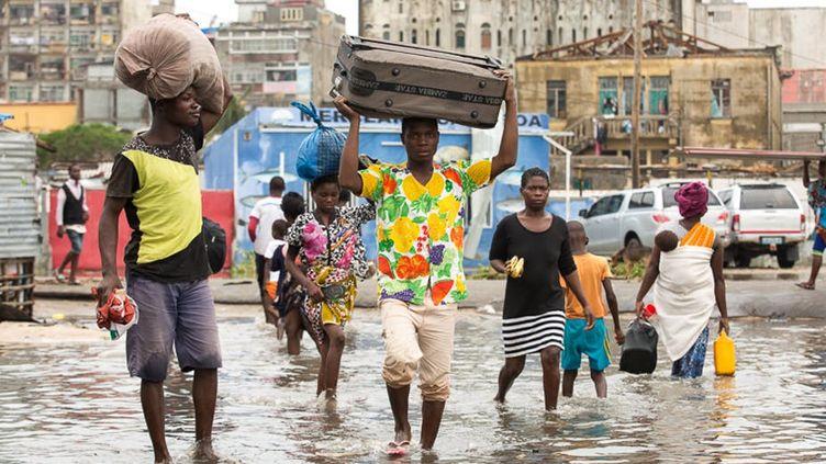 Des personnes fuyant leur domicile, à Beira au Mozambique, après le passage du cyclone tropical Idai. (Denis Onyodi/IFRC)