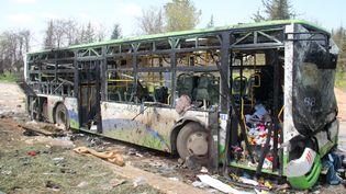 Un attentat-suicide a visé samedi 15 avrilun convoi de bus transportant des habitants favorables au régime de Bachar Al-Assad, près d'Alep (Syrie). (OMAR HAJ KADOUR / AFP)